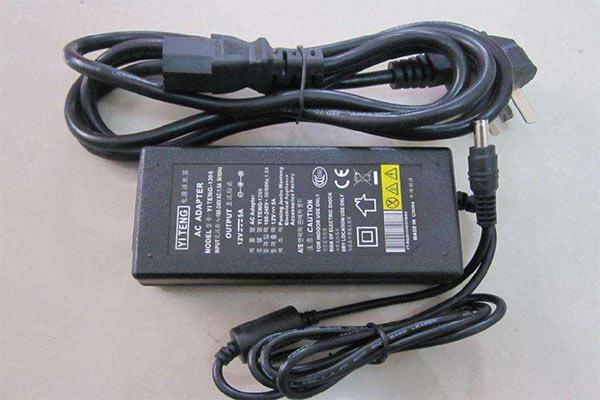 adaptateur secteur pour le pc portable