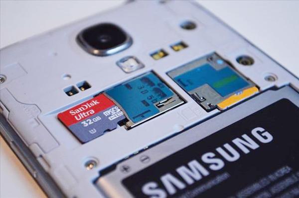 insérer la carte SD dans le téléphone mobile