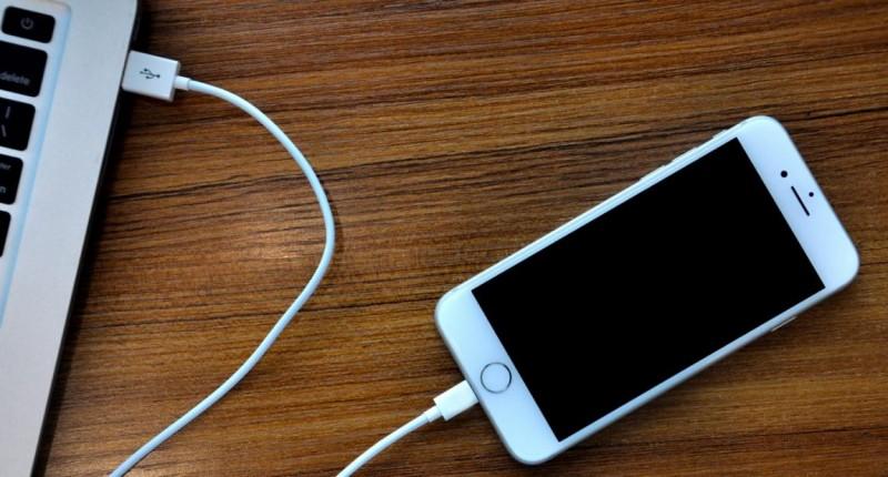 connecter l'iPhone à l'ordinateur via un câble de données